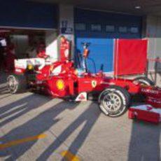 Fernando Alonso sale de boxes con el Ferrari F2012