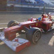 Fernando Alonso vuelve a boxes con el Ferrari de 2012