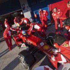 Los mecánicos meten el Ferrari de Alonso en boxes