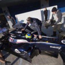 Los mecánicos meten a Senna en boxes