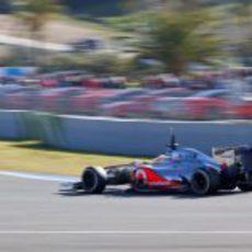 Hamilton pisa a fondo con el MP4-27 en Jerez