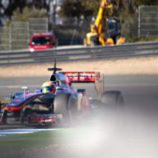 Lewis Hamilton con el McLaren sobre el asfalto