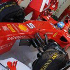 Fernando Alonso con el Ferrari en su box de Jerez