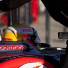 Lewis Hamilton sentado en el McLaren MP4-27