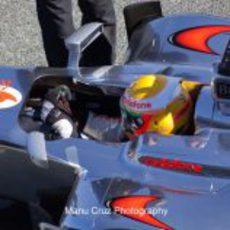 Hamilton ajusta el volante de su McLaren en Jerez