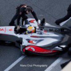 El McLaren de Hamilton vuelve a los boxes