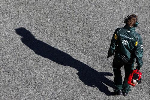 Mecánico de Caterham esperando a Trulli en Jerez