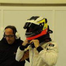 De la Rosa con su casco en el box de HRT en Jerez