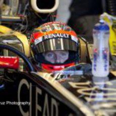 Romain Grosjean sentado en su Lotus E20 en Jerez