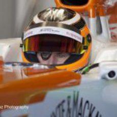 Nico Hülkenberg sentado en el VJM05