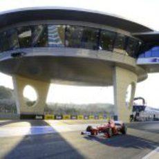 Fernando Alonso sale de boxes en Jerez