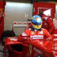 Alonso sentándose en el Ferrari F2012