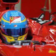 Fernando Alonso en el box sentado en el F2012
