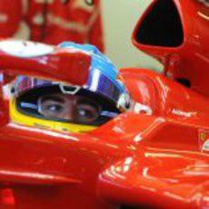 Alonso observa desde dentro de su 'cockpit'