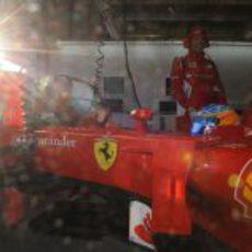 El sol entra en el box de Fernando Alonso
