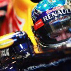 Sebastian Vettel sentado en su Red Bull RB8