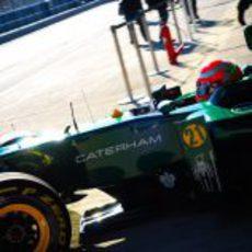 Jarno Trulli sale a pista con el Caterham CT01 en Jerez