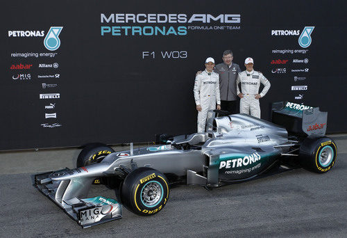 Michael Schumacher, Ross Brawn y Nico Rosberg junto al W03