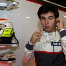 Sergio Pérez se prepara para subirse al coche en los test
