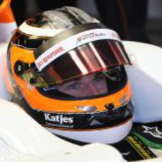 Nico Hülkenberg sentado en su Force India VJM05