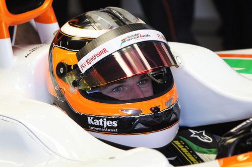 Nico Hülkenberg sentado en su Force India VJM05