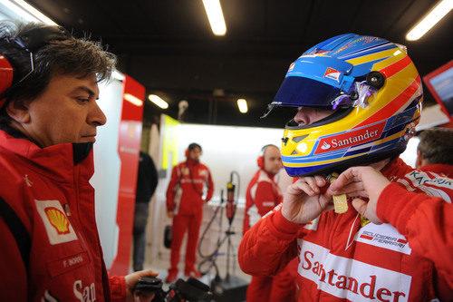 Fernando Alonso se ajusta el casco en Montmeló