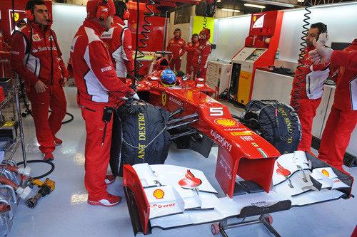 Fernando Alonso sentado en el F2012 en Montmeló