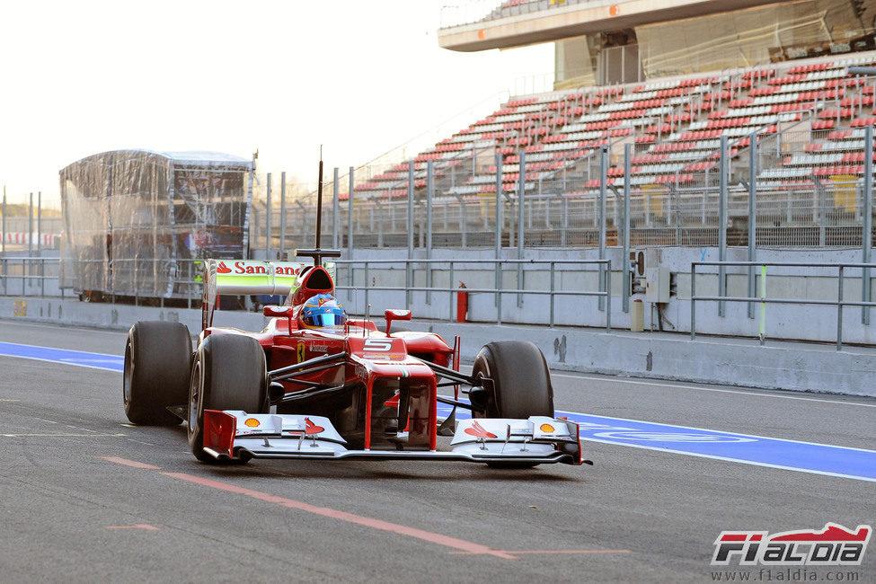 Fernando Alonso vuelve a boxes en el Circuit de Catalunya