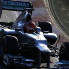 Michael Schumacher en pista con el W03