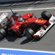 Fernando Alonso entra en el 'pit lane' de Barcelona