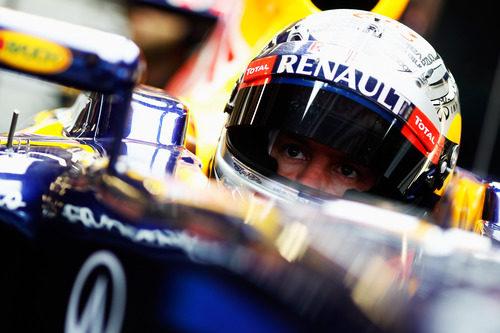 Sebastian Vettel sentado en el RB8 en Barcelona