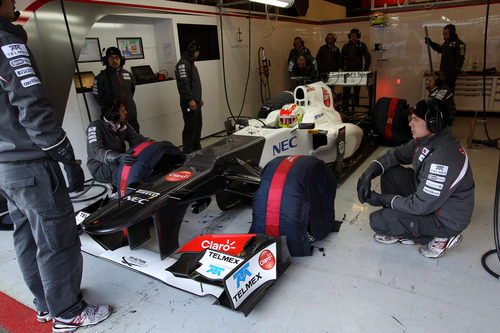 Sergio Pérez con el Sauber en su box de Barcelona