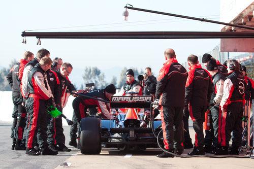 El Marussia de 2011 en el 'pit lane' de Barcelona