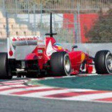 Alonso y su Ferrari en plena curva