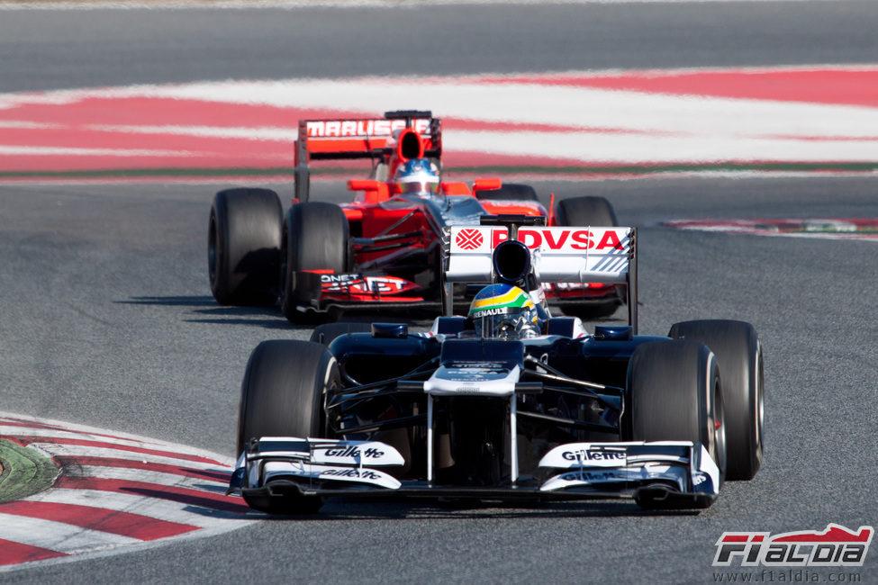 Bruno Senna perseguido por Charles Pic en los test de Barcelona