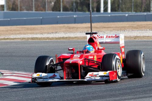 Fernando Alonso rueda en los test de Barcelona con el F2012