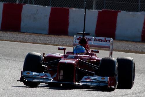 Cae la tarde sobre el Ferrari de Fernando Alonso