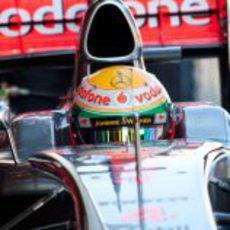 Primer plano de Lewis Hamilton sentado en su McLaren