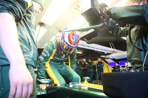 Vitaly Petrov se sienta en el Caterham en Barcelona