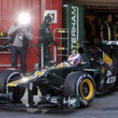 Vitaly Petrov sale a pista en Montmeló con el Caterham CT01