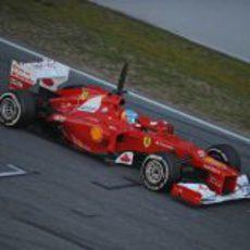 El Ferrari de Alonso pasa por la línea de meta de Montmeló