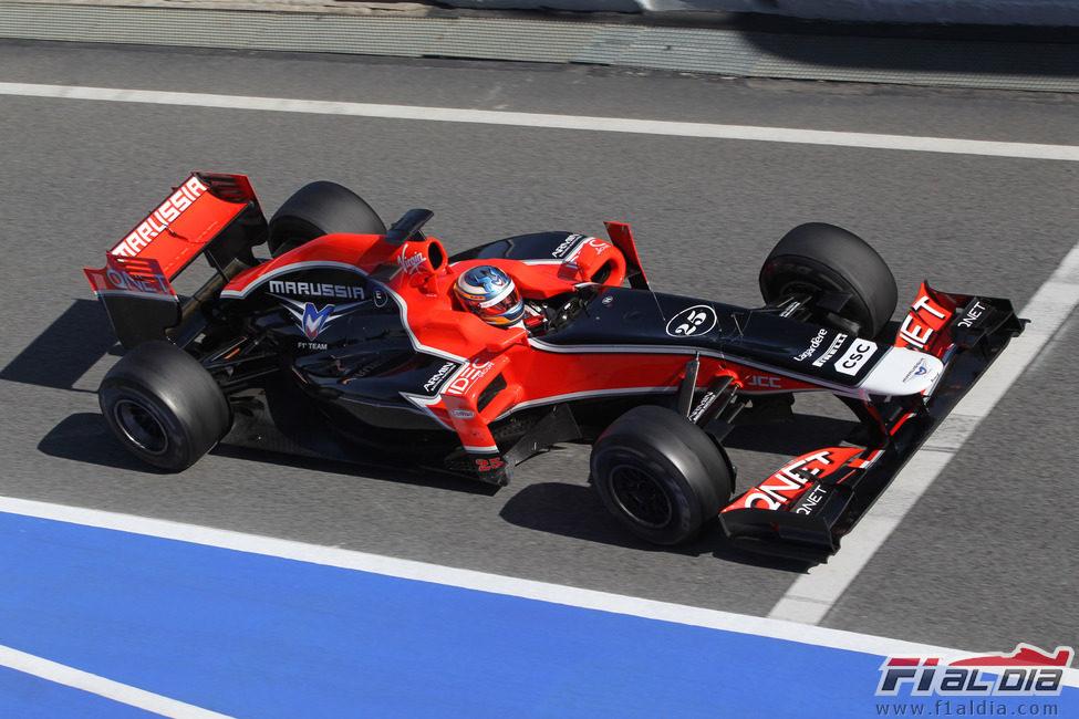 Charles Pic sale de boxes con el Marussia de 2011