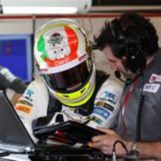 Sergio Pérez estudia los datos de su coche en los test