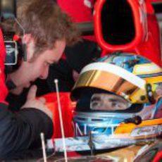 Charles Pic escucha a su ingeniero en Barcelona