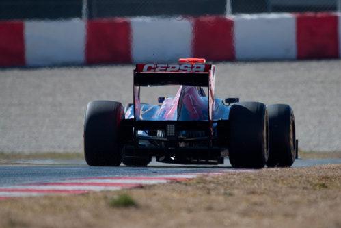El Toro Rosso de Ricciardo desde atrás en Barcelona