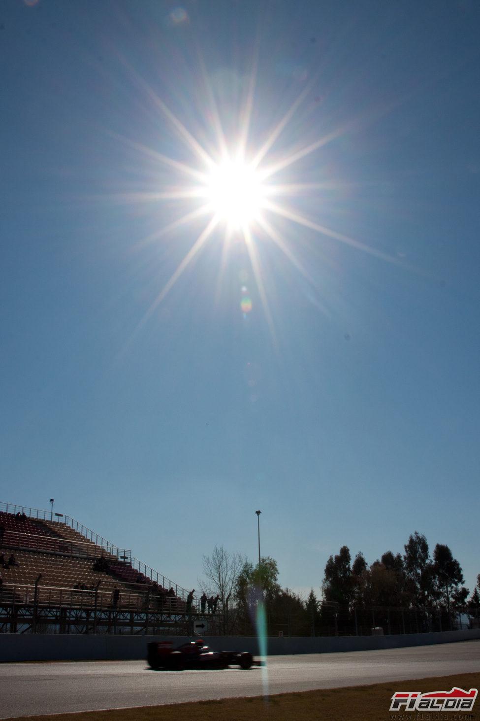 El sol brilla sobre el Circuit en los test