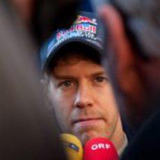 Sebastian Vettel atiende a la prensa en los test de Montmeló