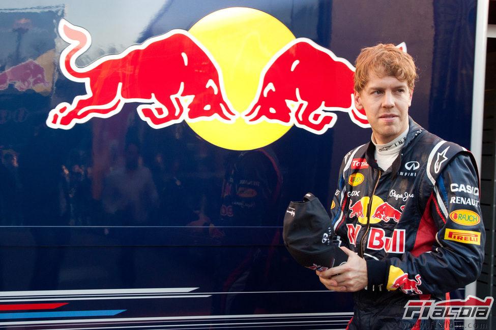 Sebastian Vettel en el 'paddock' de Barcelona
