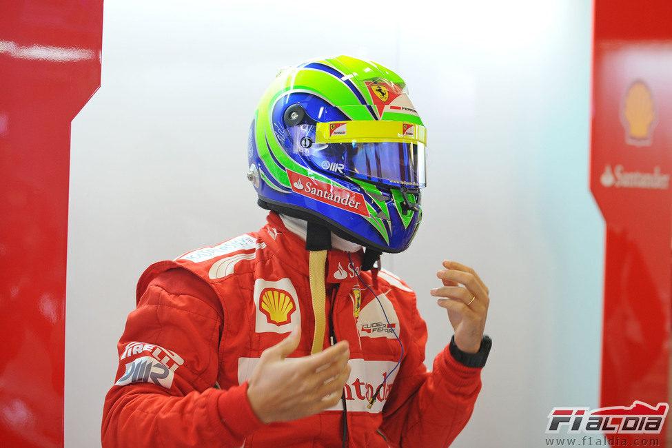 Felipe Massa se pone el casco en los test de Barcelona