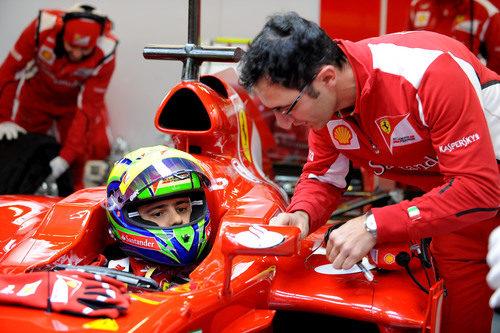 Felipe Massa sentado en el Ferrari F2012 en Barcelona